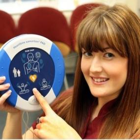 AED dla uratowanej osoby.