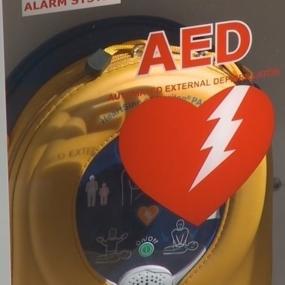 Matka nastolatki zmarłej przez NZK, wyposaża szkoły w AED